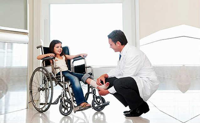 向塔吉克斯坦残疾人士赠送轮椅